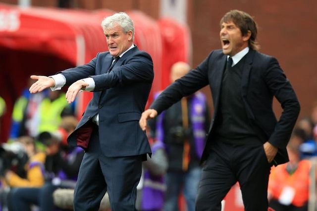 Hughes (trái) thua tới 18 trận khi đối đầu với Chelsea