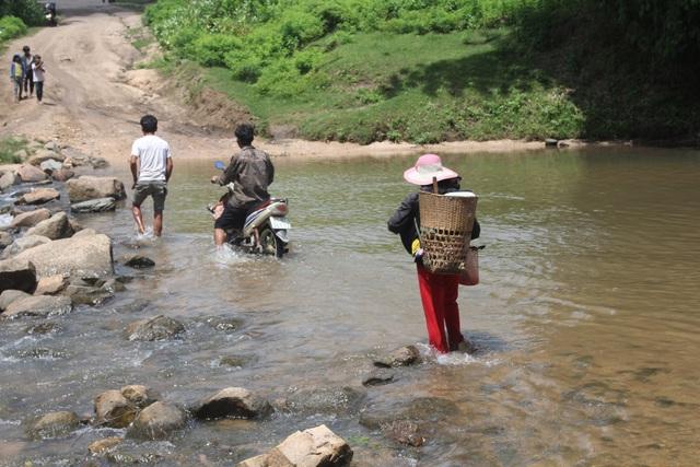 Vào mùa mưa, nước dâng cao khiến cho 3 làng bị cô lập