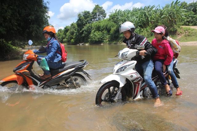 Cận cảnh những giáo viên vùng cao vật lộn với dòng suối để chở các em học sinh về