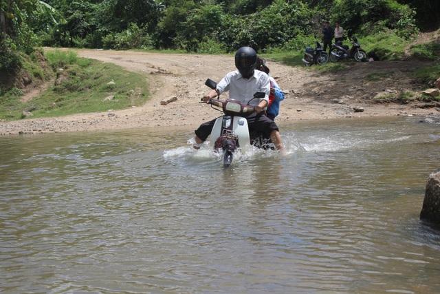 Lúc mưa lớn, dòng suối có thể dâng cao hơn mét khiến người dân không thể qua sông được