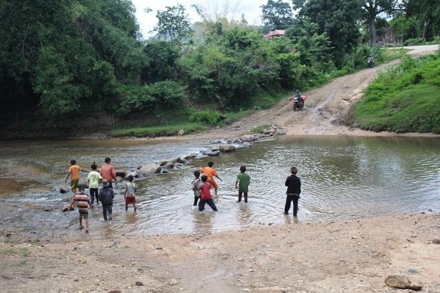 Nguy hiểm rình rập khi trẻ em thường lội qua suối để trở về