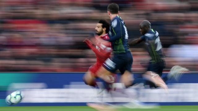Pha tăng tốc của Salah với sự truy cản của hai cầu thủ Man City