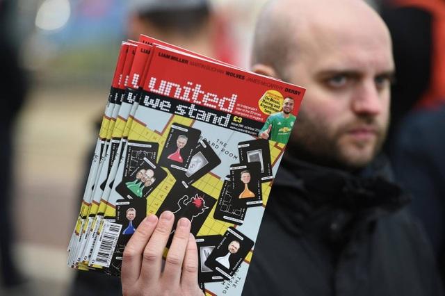 Những quyể tạp chí được bán bên ngoài sân vận động trước trận đấu với Newcastle