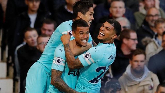Các cầu thủ Newcastle chia vui với Kenedy ở bàn thắng đầu tiên