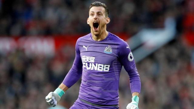 Dubravka ăn mừng sau khi Newcastle bất ngờ mở tỉ số trên sân Old Trafford
