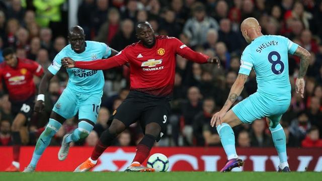 Lukaku trong vòng vây của các cầu thủ Newcastle, tiền đạo người Bỉ khá lẻ loi trên hàng công. Mourinho đã điều chỉnh để Lukaku dạt ra cánh, Rashford lên đá cắm sau khi Man Utd bị thủng lưới