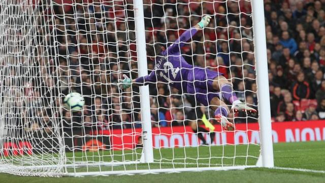 Cú sút phạt của Mata đưa bóng sát cột dọc trái, bàn thắng đẹp của tiền vệ người Tây Ban Nha