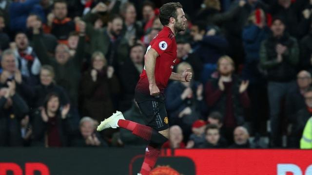 Mata ăn mừng bàn thắng đầu tiên của Man Utd, áp lực trên đôi chân của các cầu thủ chủ nhà được rũ bỏ bởi một tình huống cố định và Mata đã làm được điều đó