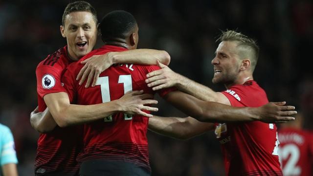 Các cầu thủ Man Utd ăn mừng bàn thắng gỡ hòa của Martial ở phút 76