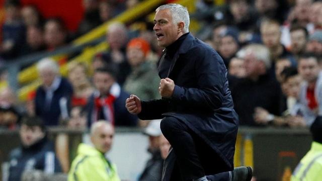 Mourinho ăn mừng với bàn thắng của Martial. Dù có thông tin đang mâu thuẫn với tiền đạo người Pháp, song rõ ràng Martial cần cảm ơn Mourinho khi vẫn trao cho anh rất nhiều cơ hội ra sân ở mùa giải năm nay.