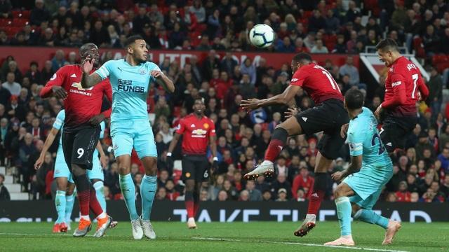 Sanchez đánh đầu tung lưới Newcastle ở phút 90 sau quả tạt của Young