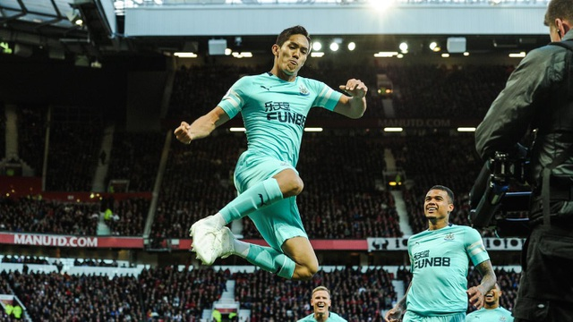 Muto ăn mừng bàn thắng vào lưới Man Utd