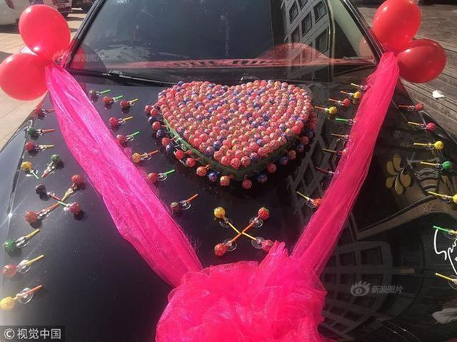 Hình trái tim được kết từ những cây kẹo mút.