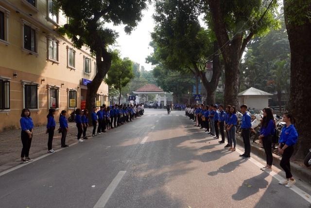 Nhiều đoàn viên, người dân đã có mặt từ sớm trước nhà tang lễ Trần Thánh Tông, chuẩn bị cho lễ truy điệu nguyên Tổng Bí thư Đỗ Mười