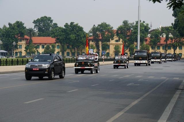 Đoàn xe di chuyển trên đường Độc Lập