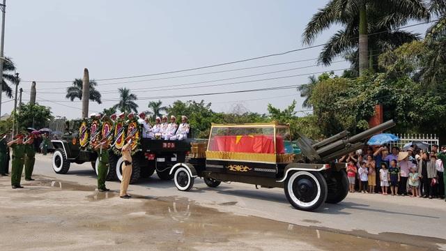 Đoàn xe chở linh cữu nguyên Tổng Bí thư Đỗ Mười về đến quê nhà ông ở xã Đông Mỹ, huyện Thanh Trì (Ảnh: Tiến Nguyên)