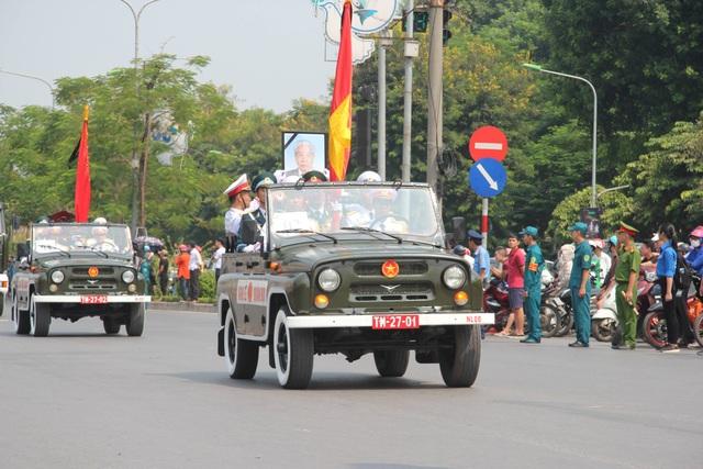 Đoàn xe di chuyển trên đường Giải Phóng (Ảnh: Nguyễn Trường)