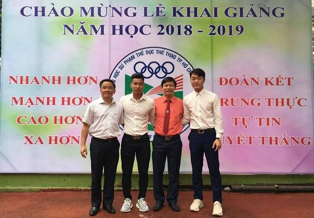 Xuân Trường, Văn Thanh, đại diện CLB HA Gia Lai và đại diện trường Đại học Sư Phạm TDTT TPHCM trong ngày khai giảng năm học mới