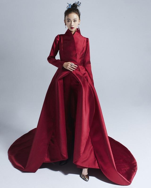"""Nhân vật Ngụy Anh Lạc của Ngô Cẩn Ngôn được miêu tả là """"hoa hồng có gai"""" diện trang phục cổ trang hiện đại màu đỏ của NTK Tuyết Lê"""