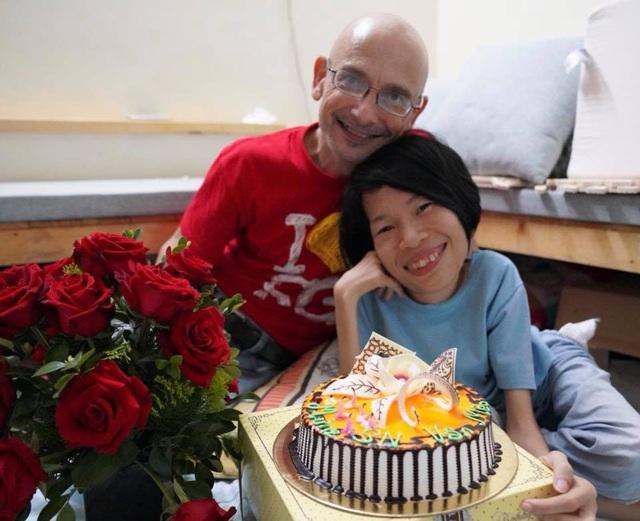 Chính nghị lực phi thường, sự thông minh, hóm hỉnh của cô gái Việt Nam đã khiến cho chàng kỹ sư người Úc nảy sinh tình cảm.