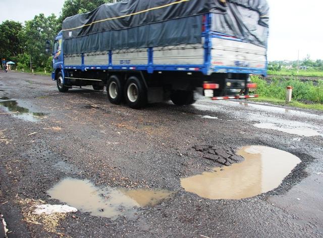 Quốc lộ 1 qua tỉnh Bình Định hư hỏng nặng sau mưa đầu mùa.