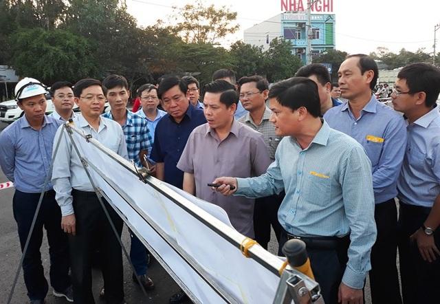 Bộ trưởng GTVT Nguyễn Văn Thể thị sát hiện trường QL 1 qua tỉnh Bình Định hư hỏng, đôn đốc nhà đầu tư khẩn trương khắc phục.