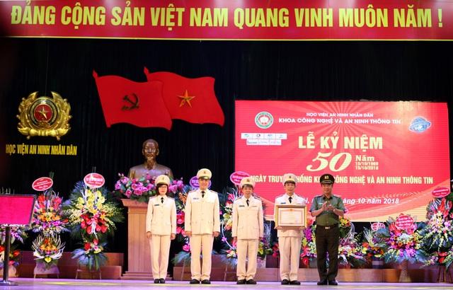 Thừa ủy quyền của Thủ tướng Chính phủ, Thiếu tướng Lê Minh Hùng trao Bằng khen của Thủ tướng Chỉnh phủ tặng tập thể Khoa Công nghệ và An ninh Thông tin.