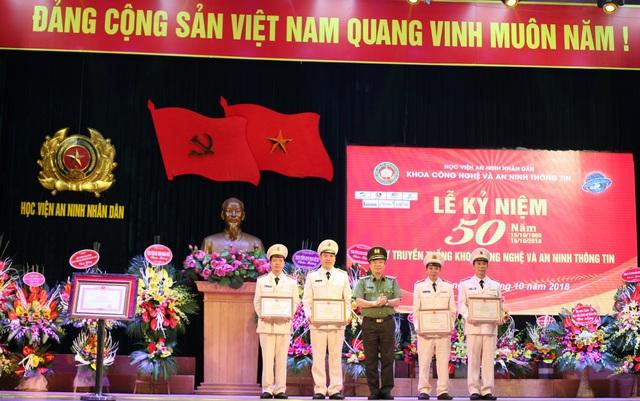 Các cá nhân nhận bằng khen của Bộ Công an.