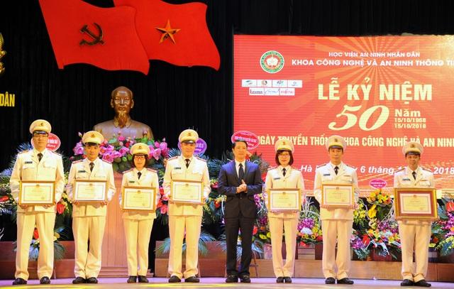 Đại diện lãnh đạo Bộ GD&ĐT tặng bằng khen cho tập thể và các cá nhân có thành tích xuất sắc.