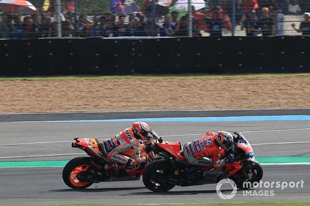 Đánh bại ở Dovizioso ở góc cua cuối cùng, Marquez là tay đua đầu tiên chiến thắng tại ThailandGP - 3