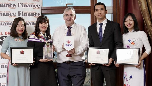 Đại diện BIDV nhận cúp và chứng nhận giải thưởng từ Giám đốc điều hànhTạp chí GB&FR Martin Murphy (đứng giữa)
