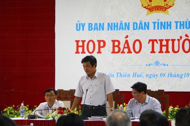 Ông Hoàng Ngọc Khanh, Chánh Văn phòng UBND tỉnh Thừa Thiên Huế (đứng) thông báo với báo Dân trí tiến độ vụ việc bà Lê Thị Cháu với ngôi nhà số 4 đường Hoàng Hoa Thám