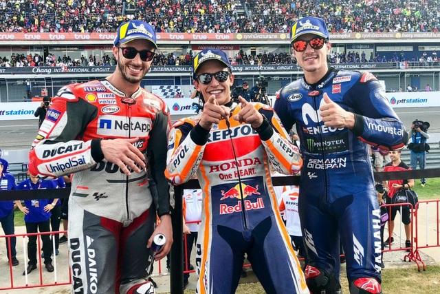 Đánh bại ở Dovizioso ở góc cua cuối cùng, Marquez là tay đua đầu tiên chiến thắng tại ThailandGP - 4