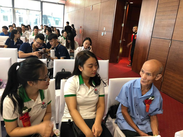 Cụ sinh viên Cao Nhật Linh trò chuyện cùng với các sinh viên đồng khóa trong lễ khai giảng