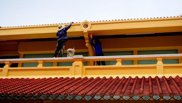Công nhân hoàn thiện công đoạn sơn sửa cuối cùng trước khi chợ được bàn giao và đi vào hoạt động.