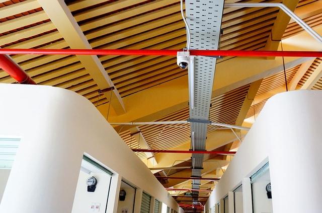 Hệ thống báo cháy và đường ống dẫn nước chữa cháy lắp trên trần nhà ở các sạp hàng.