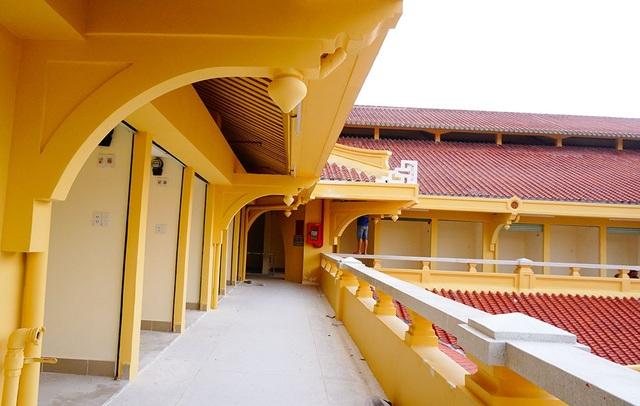 Chợ được phủ sơn màu vàng để giữ được nét cổ xưa.