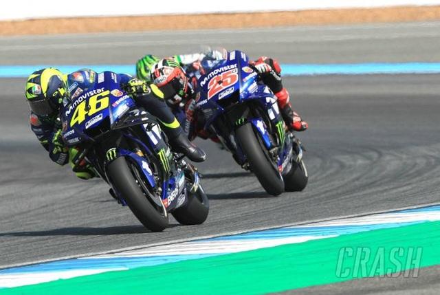 Đánh bại ở Dovizioso ở góc cua cuối cùng, Marquez là tay đua đầu tiên chiến thắng tại ThailandGP - 2