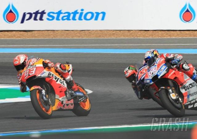 Đánh bại ở Dovizioso ở góc cua cuối cùng, Marquez là tay đua đầu tiên chiến thắng tại ThailandGP - 1