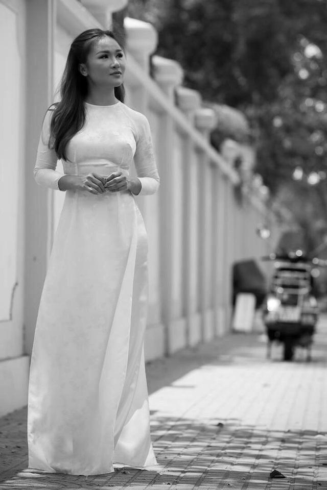 Lam Anh thường thích diện áo dài, sải bước trên những con phố đầy lá vàng của mùa Thu Hà Nội.