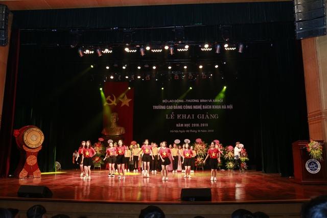 Sinh viên trường CĐ Công nghệ Bách khoa HN tưng bừng trong lễ khai giảng năm học mới