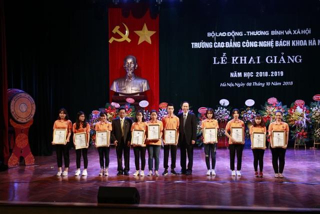 Tại buổi lễ khai giảng, nhà trường đã khen thưởng và trao học bổng cho nhiều sinh viên có thành tích học tập suất sắc.