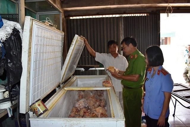 Cơ quan chức năng kiểm tra cơ sở cung cấp gà cho trường Tiểu học Đinh Tiên Hoàng và phát hiện nhiều sai phạm.