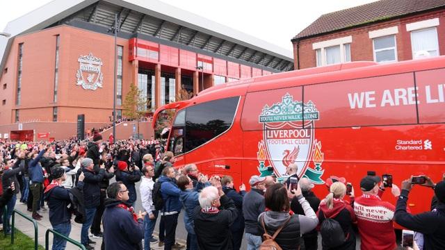 Cổ động viên Liverpool đứng đón chờ xe buýt chở thầy trò huấn luyện viên Klopp tới Anfield, Liverpool từng thắng cả ba lần gặp Man City trong năm 2018 cho nên cổ động viên cảu The Kop rất kỳ vọng vào chiến thắng thứ tư liên tiếp