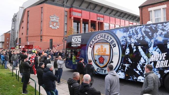 Xe buýt của Man City tới Anfield an toàn, không có cổ động viên quá khích của Liverpool tấn công chiếc xe chở thầy trò huấn luyện viên Guardiola