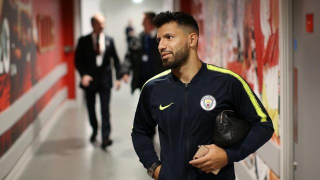 Aguero tươi cười cùng đồng đội tiến vào Anfield