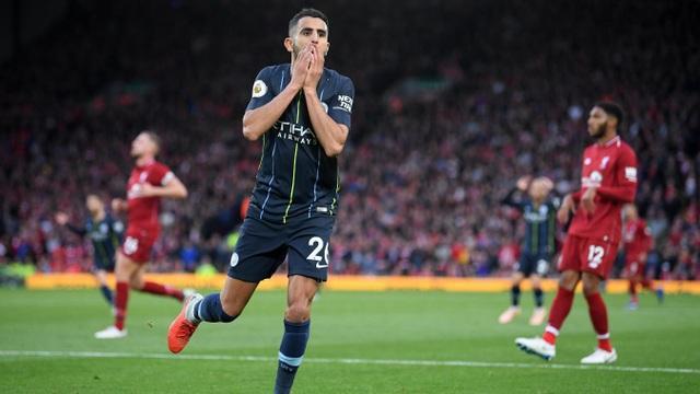 Mahrez tỏ ra đầy tiếc nuối khi anh dứt điểm đi chệch cột dọc ở hiệp hai, một tình huống mà tiền đạo người Algeria đã thoát khỏi sự đeo bám của hậu vệ Liverpool