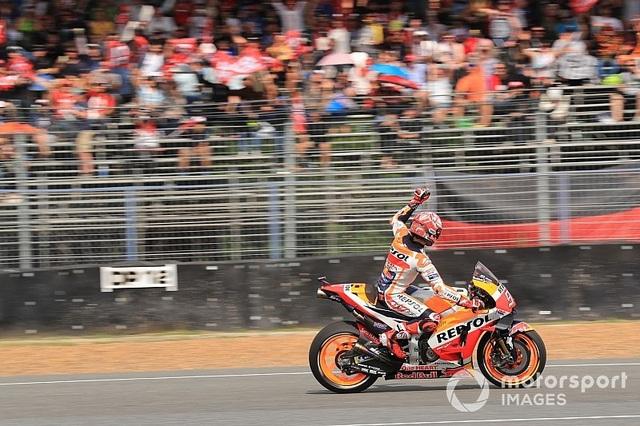 Đánh bại ở Dovizioso ở góc cua cuối cùng, Marquez là tay đua đầu tiên chiến thắng tại ThailandGP - 5