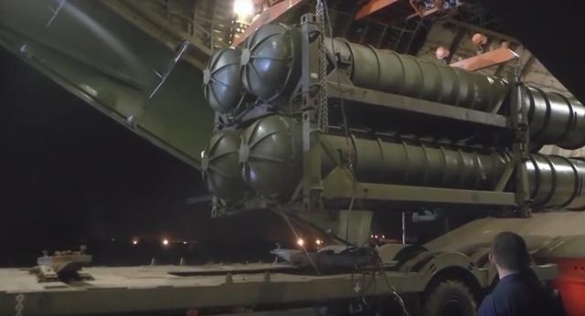 Hệ thống phòng không S-300 được Nga chuyển cho Syria trong đêm (Ảnh: Sputnik)