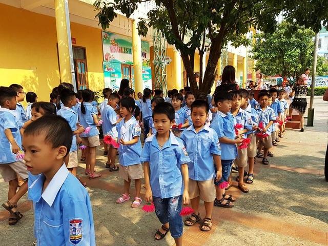 Sau khi bị ngộ độc thực phẩm, sáng 8/10 hàng trăm học sinh trường Tiểu học Đinh Tiên Hoàng đã đi học trở lại.
